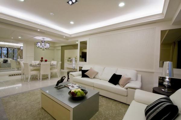 家具上刻意选以低背沙发搭配的客厅,除符合沙发背屏的板线设计,串连上造型层次天花板,和电视矮柜一同拉开了整体视野。