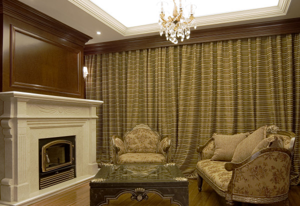 欧式客厅非常需要用家具和软装饰来营造整体效果。深色的橡木或枫木家具,色彩稳重的布艺沙发,都是欧式客厅里的主角。