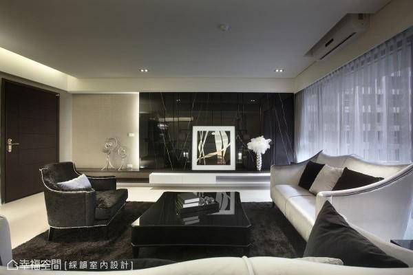 以黑云石作为电视主墙,与白色墙面形成强烈对比,成功地平衡厅区的视觉感受。