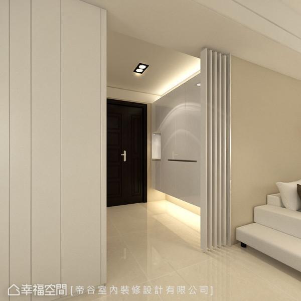 可旋转角度的玄关格栅屏风,能弹性调整望向室内的空间视野。