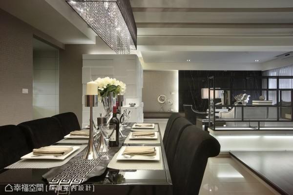 黑色的桌椅配置呼应空间主题,华丽的古典水晶灯具,营造出高雅的餐叙氛围。