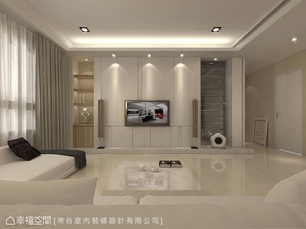 从光影到沟缝角度,以及对称比例的仔细斟酌,刻划出妥适的电视墙尺度。