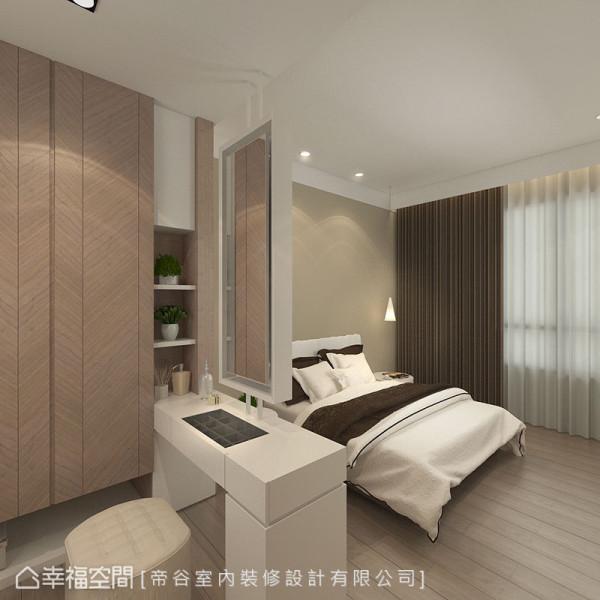 位于屋中的梳妆台,开放界定卧眠区与更衣室的独立机能。
