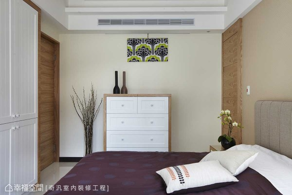 床头后方,对称式的造型设计,其一者为主卧卫浴的出入动线。