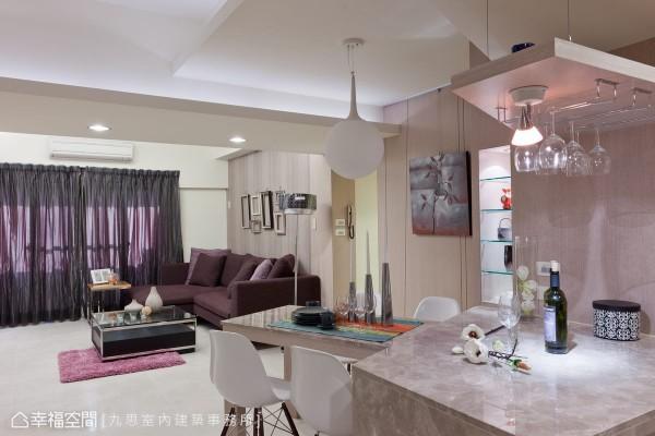 设计者将原先与餐厅衔接的和室改为卧房,动线调整至廊道处,以中岛搭配斜向的餐桌,迎合屋主期盼于用餐时看电视的生活习惯。