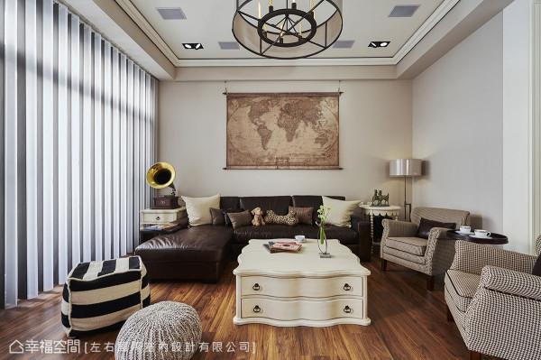 皮革沙发与千鸟格纹布质单椅靠墙摆放,中间搭以古典茶几与造型坐垫,铺排出随兴不羁的现代美式情调。