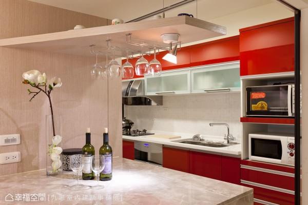 介于餐厅于厨房之间,中岛的设置则于开放式的段落思维中,缓冲两个机能空间,并补充收纳、电器柜机能。