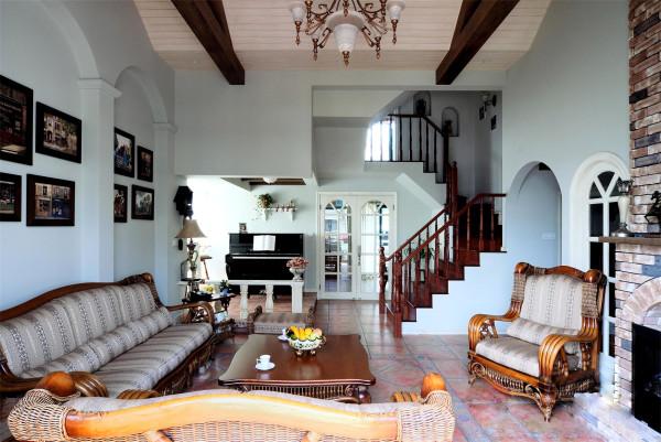 英式风格 开阔的空间,简洁大方。房间里面的色调表现的比较的优雅、高贵。让人品味英伦的精致,感受复古风魅力。