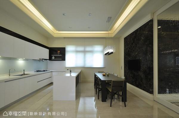 厨具、中岛与餐桌共轴规划,敞朗简约中,贴合屋主对于开放式餐厨空间的机能想象。