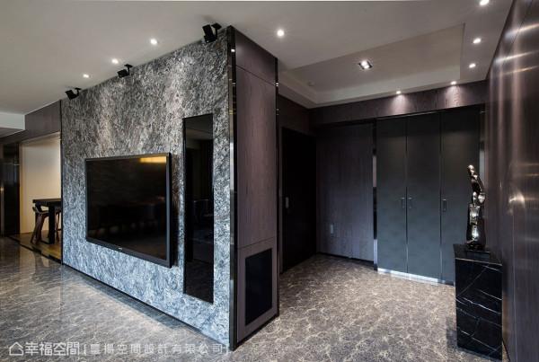 大理石电视主墙面跳接上玻璃元素,不仅流畅确立出影音设备柜体,也方便遥控器的使用。