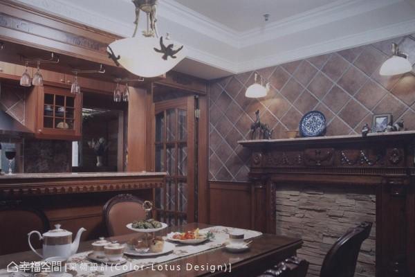 设计师专程为屋主从国外带回的雕饰板材,配合纯熟工艺巧思缀入厅区场景。