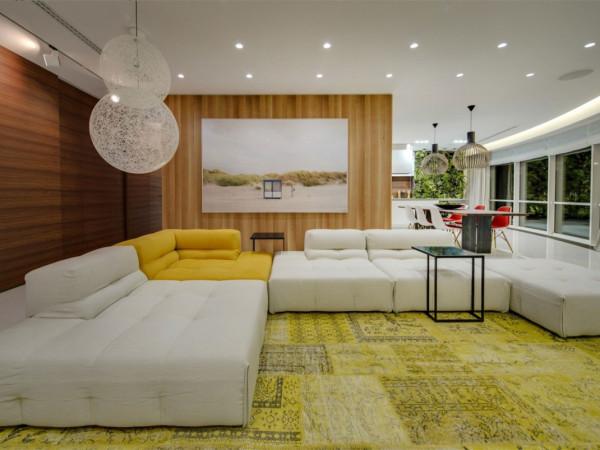 设计师按照不同的使用功能将整个空间分为明显的主人使用区和客人使用区。