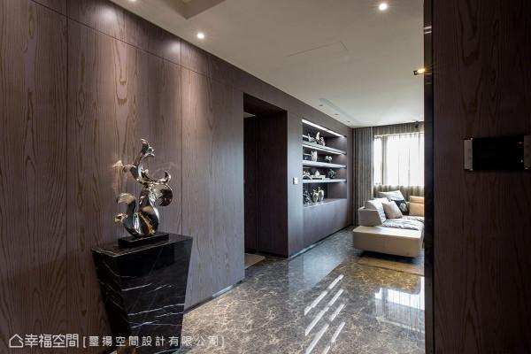 运用电视主墙深度形塑的玄关区域,除以深色木皮切换空间氛围,同时还备入了足量的储物间与鞋柜收纳机能。