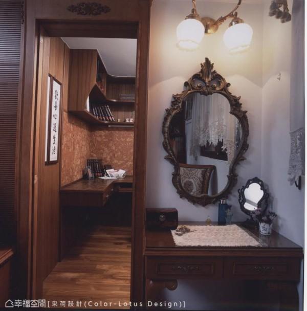 因应格局破口,设计师安排以轻巧的梳化妆台,体贴屋主的起居使用。