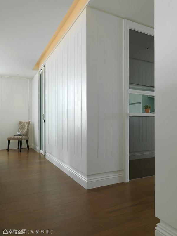 由间照、沟缝以及踢脚板构组而成的壁面主题,诠释简约古典的空间细节。