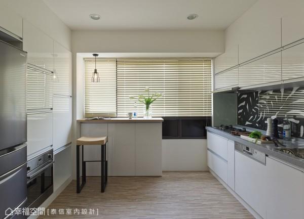 有别于传统磁砖或是烤漆板的单调设计,设计师在雕花造型版上覆以透明玻璃,丰富厨房设计线条。