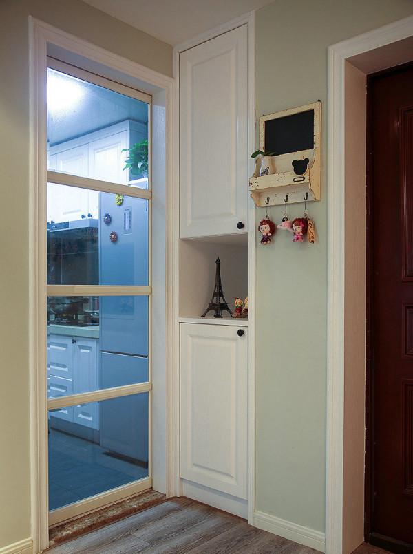 厨房入口处也做了储物柜,空间被充分利用