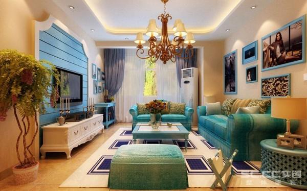 沙发背景采用挂画设计,与壁炉状的电视墙相互映衬。