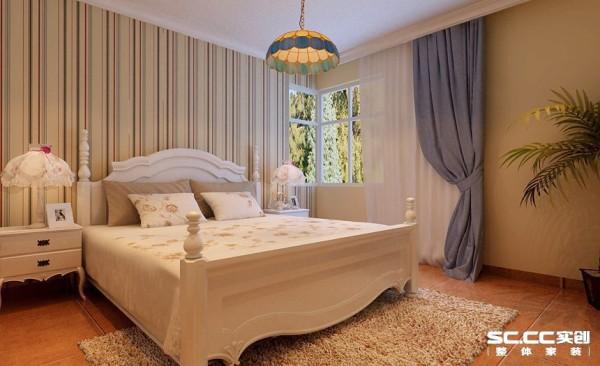 卧室设计: 蓝色的条纹壁纸像贝壳上的纹路一样清晰的诉说着海边的故事