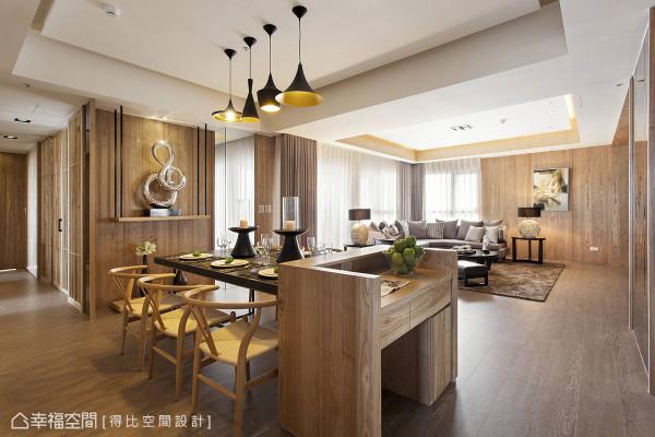 位居倒T格局核心地带的餐厅,运用重迭概念让廊道空间有了意义表现。