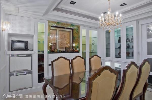 包围在屋主的藏酒展饰中,以手工琉璃繁复细腻的图腾订制佛龛的尊贵装饰,下方藏有可拉出使用的活动供桌。