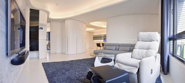 柔曲的线条内设置鞋柜,隐藏开关箱与柱子,左方的音响柜以悬空设计结合抽风机带来通风效果。