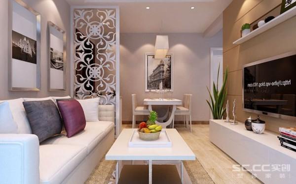整个客厅设计手法极为简洁,大胆而巧妙地利用玻璃、灰镜、石材、原木面板等材料,相互间既独立又相连,