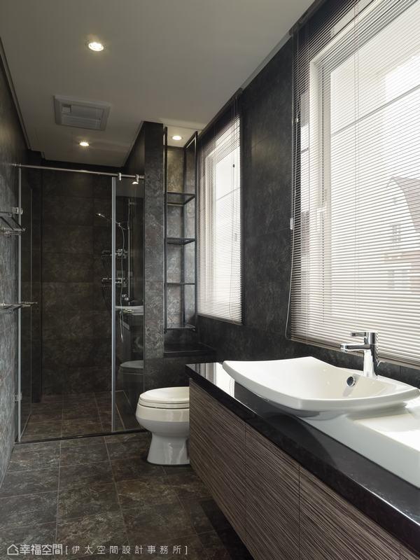淋浴区旁的畸零,设以铁架线性后利落作为置物使用。