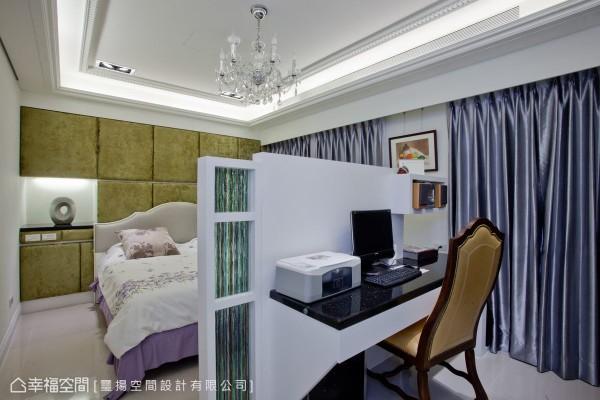 床尾处以简单的隔屏镶嵌琉璃作为电视墙,后方为可处理事务的机能书房。