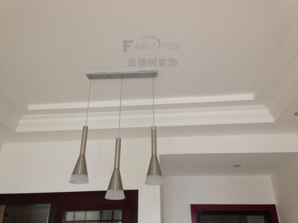 餐厅正上方吊灯,业主喜欢简雅、清新的风格,大面积使用白色将这一理念深入到设计方案中,给人一种安静舒适之感!