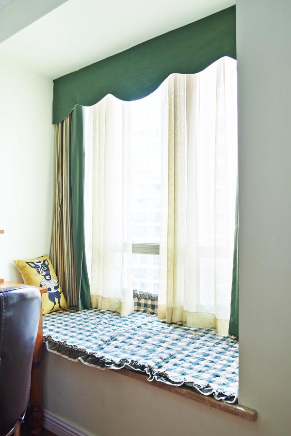 就可以再加入一些美式风格混搭在一起,墙纸、灯、餐桌等等,都能让整个家居显得时尚而自然。