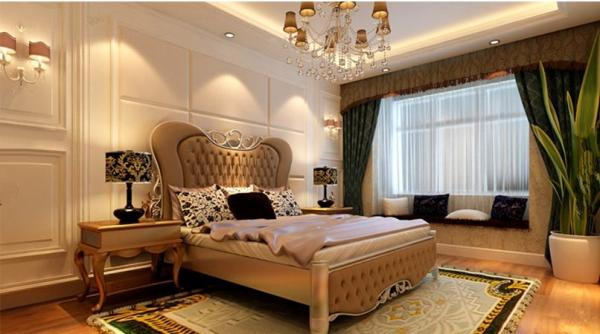主卧室的简欧软包处理的床头,吊顶中光线柔和的华丽细碎的水晶吊灯,亮晶晶散发温馨的美,大气得体,温馨舒适。地毯使用大面积的欧式花纹地毯,主要是装饰地面提升舒适性的装饰。