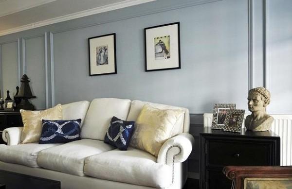 客厅沙发细节,通过蓝色抱枕增加浪漫情调。