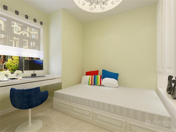 次卧室空间作为女儿房来使用,考虑到需要放置学习桌,正好利用上房间的缺角位置定制了刚好符合空间尺寸的学习桌,次卧室的整体空间较小因此设计成榻榻米的休闲床形式,
