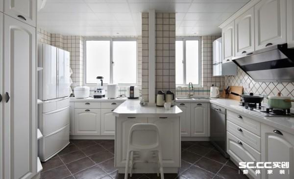 简约欧式风格的家具是厨房整个空间的亮点,特点是简单、抽象、明快、现代感强,组合家具的颜色选用白色或流行色,配上合适的灯光及现代化的电器,,就仿佛为主人编织了一个明快美丽的梦想。