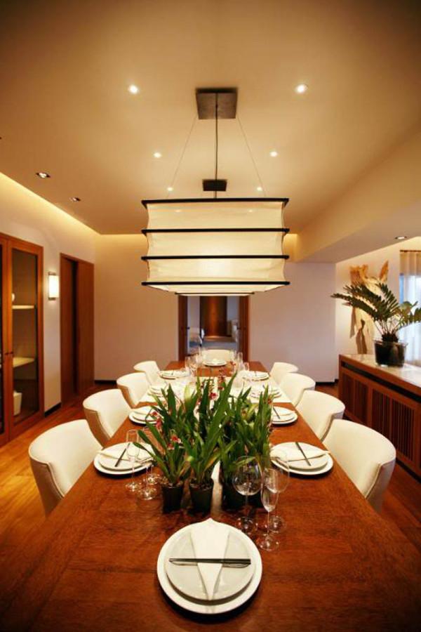 餐厅设计餐桌的餐具摆放和色调搭配再加上灯光的效果,温馨温和。