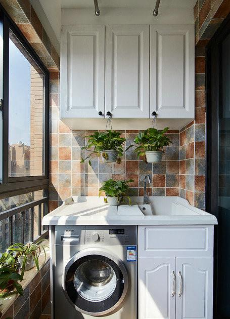 根据业主需求设计师把阳台设计成了一个既美观又有储物功能的生活阳台