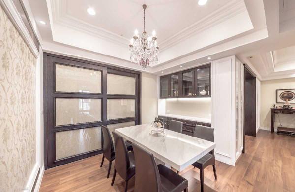 餐厨之间,透过拉门的安排保有开放串接的弹性,石材台面与水晶灯饰低调铺陈奢华感受。