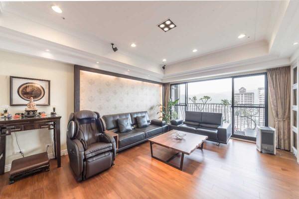 木质框架明确分界客厅边际,创造出佛桌摆设的独立性,同时成为廊道动线的起点。