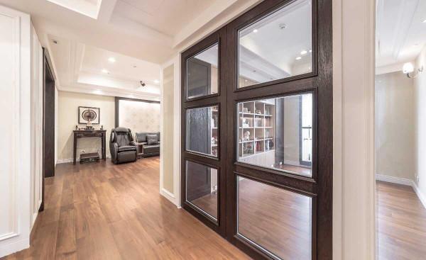 餐厅的对向,玻璃门扇划界出书房空间,也将自然采光延续入餐厅;与电视墙共构的书墙,补充了此弹性使用空间的收纳功能。