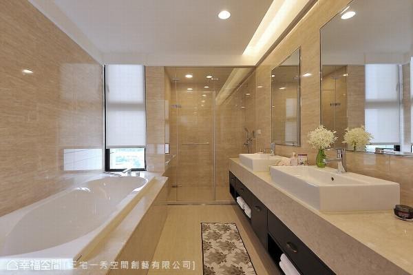 维持既有建商配置的卫浴设备,在洗手台面巧思点缀了新古典灯饰,也凸显了屋主自身的独特品味。