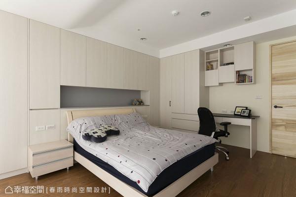 春雨设计运用床侧与床头梁下深度规划收纳柜与书桌,将庞杂的生活机能隐藏在简约立面中。
