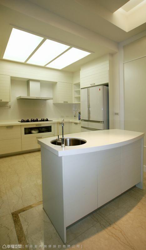 维持着餐、厨空间喷砂镜面的折射界定,设计师将厨房改以流明天花,让动线深处也保有一份明亮。