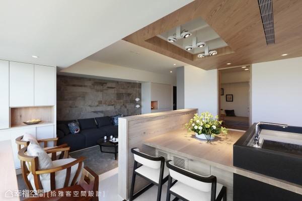 大片岩砖拼贴的沙发背墙,运用事前磁砖计划书操作,与大片窗景产生连续性的互动。