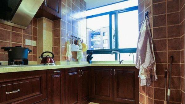 厨房橱柜是不是很漂亮,石英石台面原本选的是豆沙红,后来纠结了两天还是改成米黄色和墙砖比较搭。
