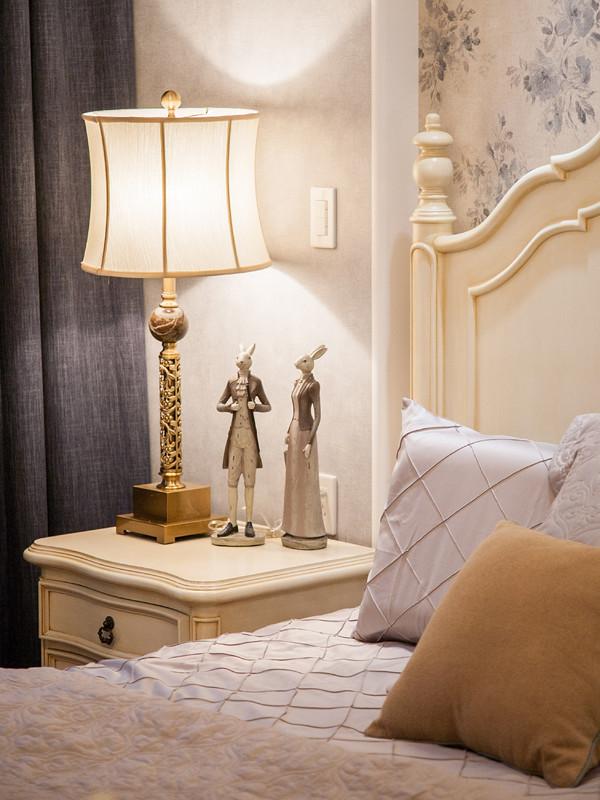 床头柜上的一对夫妻兔,设计师认为跟业主夫妻俩很像,个子都很高,所以特意选了这款