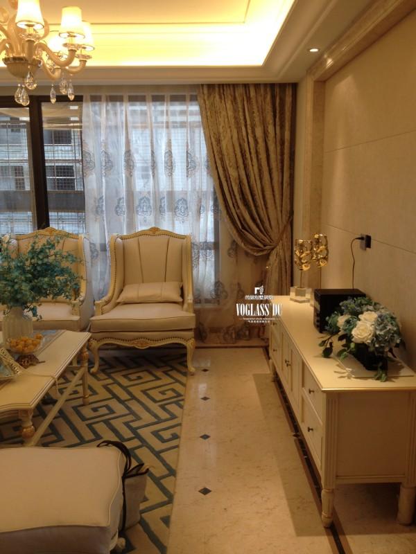 原有硬装的造型和材质上选用白色简欧石膏线条,米色大理石、白色护墙板,米黄色地板。