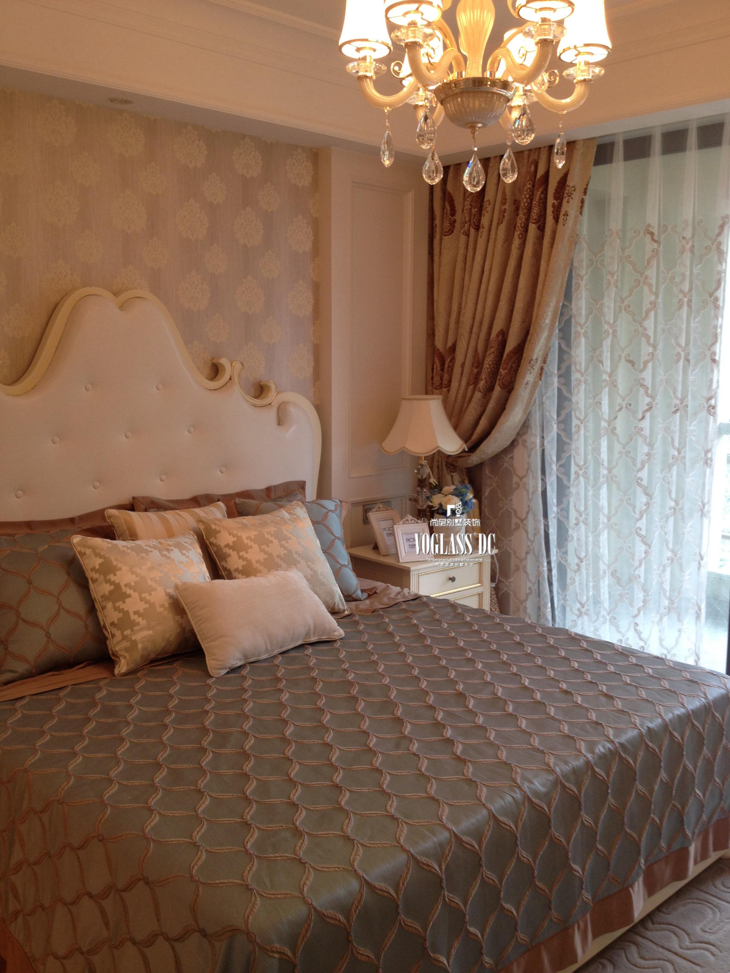 主卧简洁大气的床头造型延续了欧式新古典唯美的弧度与软包材质相结合图片