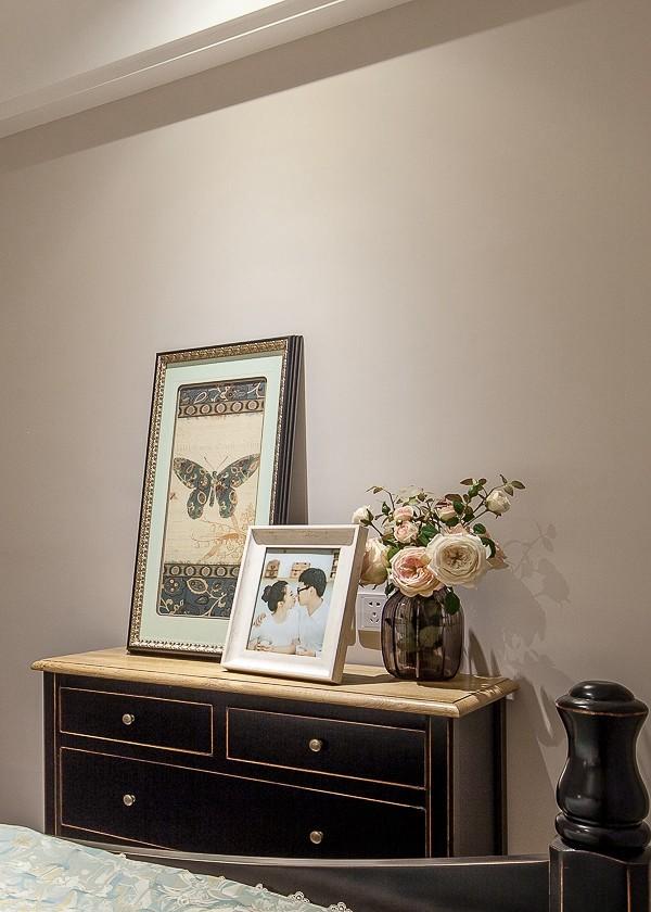 卧室储物柜及装饰品效果