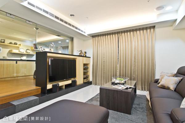 设计师巧妙地将客厅右侧的柱体以木皮包覆,除了美观外更兼具收纳与展示的功能。